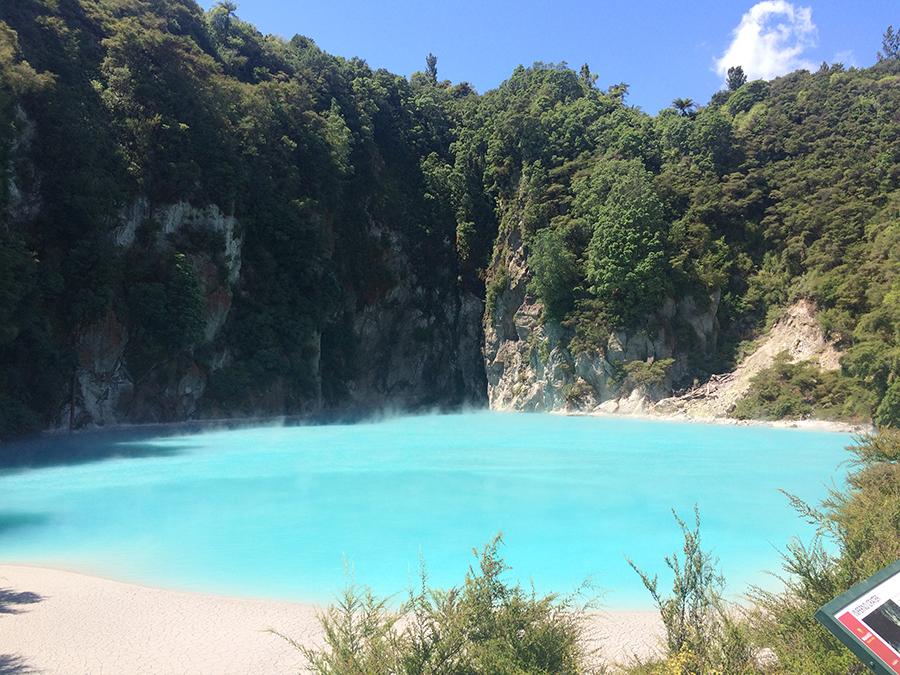 Jezioro wdolinie wulkanicznej Waimangu