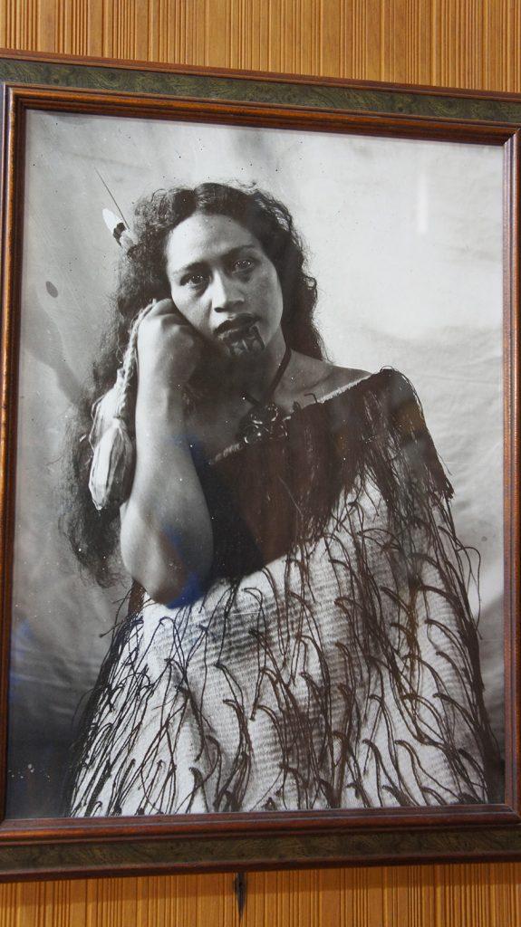 Maoryska kobieta - zdjęcie zmuzeum Te Puia