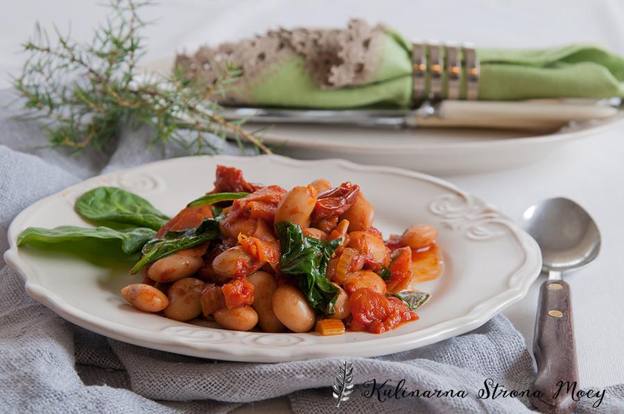 pieczona fasola ze szpinakiem i pomidorami