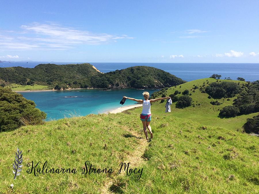 kobieta na łące w Nowej Zelandii