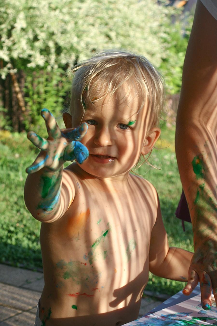 dziecko malujace farbami