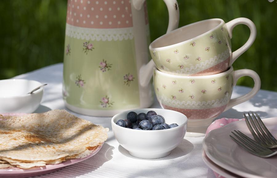 śniadanie wogrodzie, śniadanie podjabłoniami, naleśniki