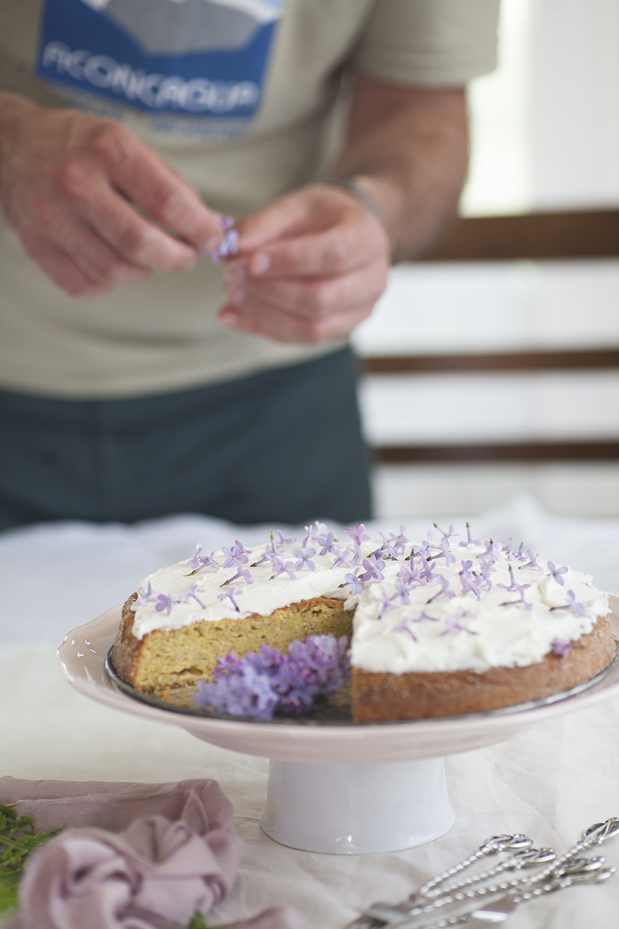 mezczyzna ozdabiajacy ciasto cytrynowe