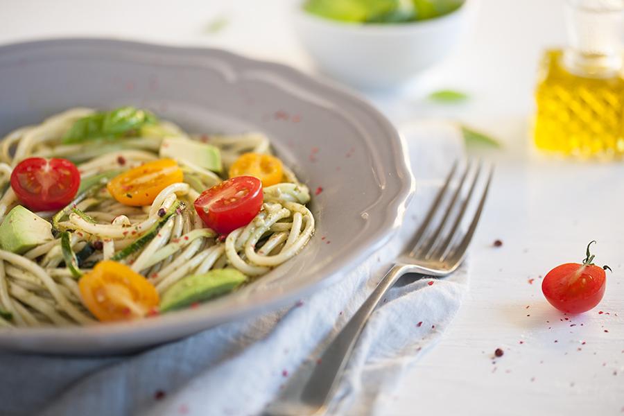 spaghetti z pesto, cukinią i awokado, spaghetti z pesto, pyszne spaghetti, cukinia, awokado
