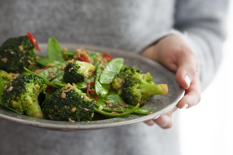 stir fry z brokułów i groszku cukrowego