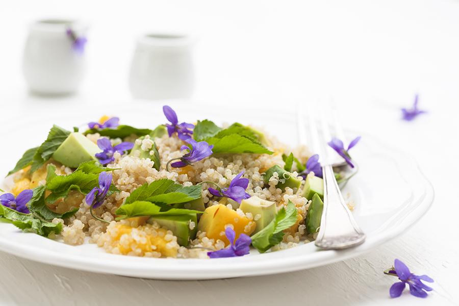 quinoa z fiołkami